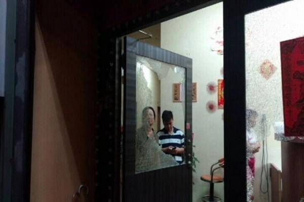高市鳥松區多家練歌場和小吃部遭歹徒砸毀玻璃和招牌,暴力恐嚇意味濃厚。(記者黃良傑翻攝)