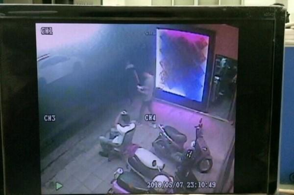 歹徒砸毀店家玻璃財物後揚長而去。(記者黃良傑翻攝)