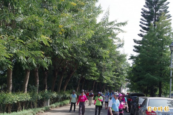 民眾在綠林中健走,身心舒暢。(記者林國賢攝)