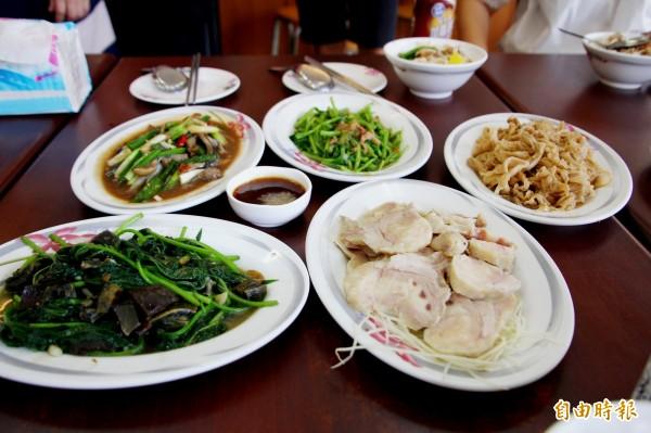 嘉義市三雅嘉義火雞肉飯的菜色豐富。(記者林宜樟攝)