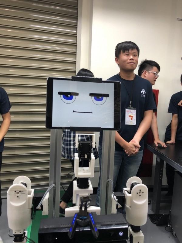 中科局與大同大學舉辦「陪伴型智慧機器人應用競賽」,鼓勵大專生結合現代科技自製機器人,最後由銘傳大學推出的「小廣」已討喜的近似真人語音系統,抱回第一名。(大同大學提供)