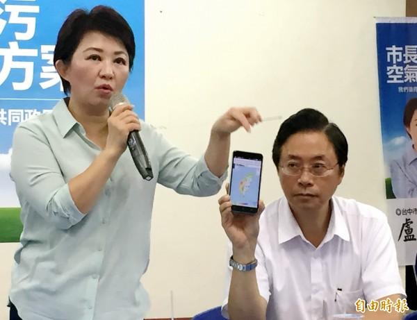 前行政院長張善政(右)、台中市長參選人盧秀燕拿出空氣盒子檢測資料,表示台中市今日空品不佳。(記者張菁雅攝)