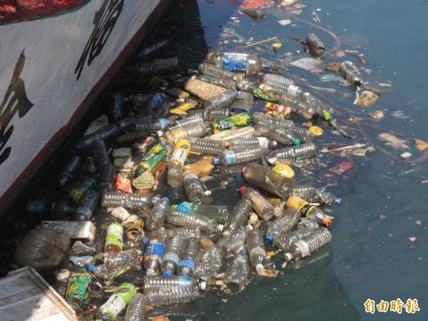 南方澳第二漁港布滿寶特瓶。(記者江志雄攝)