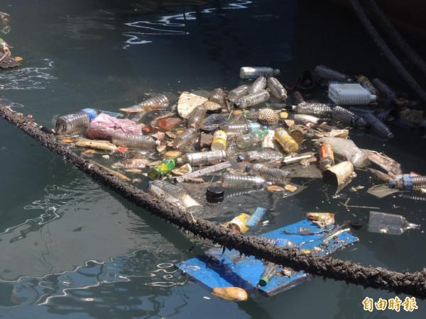 南方澳第二漁港的垃圾成堆。(記者江志雄攝)
