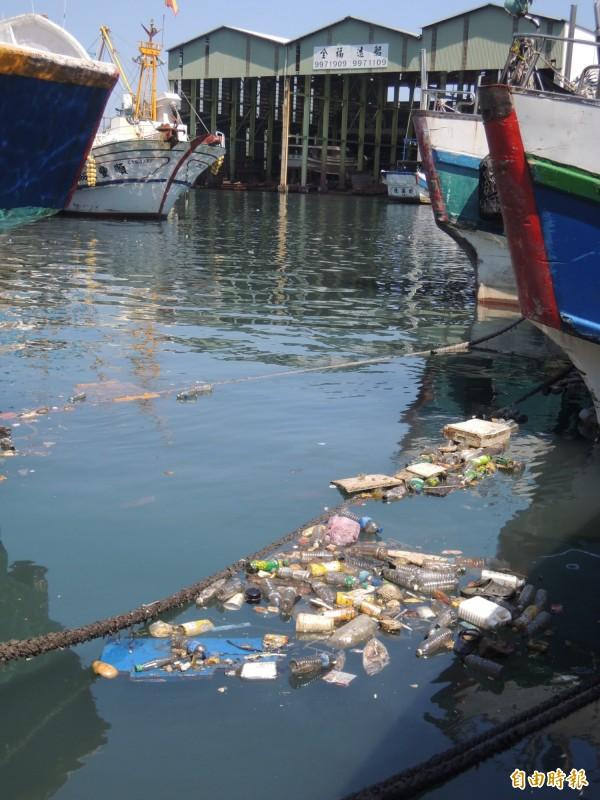 第二漁港處處有髒亂點。(記者江志雄攝)