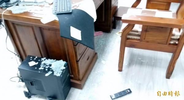 南投縣竹山鎮公所鎮長辦公室遭人搗毀,桌上強化玻璃碎裂掉落滿地,電腦鍵盤、墊子、電視遙控器等物品,也都四處散落。(記者謝介裕攝)