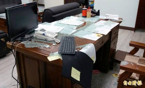 南投縣竹山鎮公所鎮長辦公室遭人搗毀,桌上強化玻璃碎裂掉落滿地,現場一片凌亂。(記者謝介裕攝)