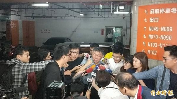 台北市長柯文哲今未安排受訪行程,面對大批媒體追問,僅苦笑問一旁幕僚:「我有沒有拒絕被採訪的權利?」(記者沈佩瑤攝)