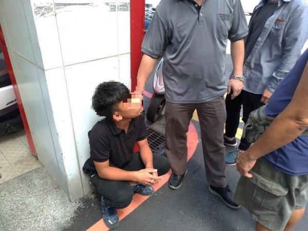 苗栗警方與呂姓退休警察聯手,查獲15歲少年車手,依法送辦。(記者張勳騰翻攝)