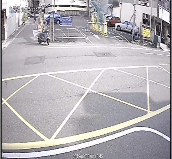 黃貫中里長提出監視器影像錄下騎機車的扯旗女身影。(記者王俊忠翻攝)