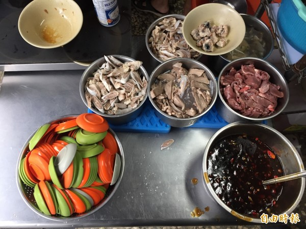 老闆娘堅持挑選新鮮食材,以及一旁鐵腕盛裝的辣椒醬,更是老顧客們必加的佐料。(記者邱書昱攝)
