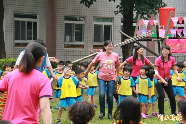 斗六市立幼兒園慶祝聯合托育20週年,市長謝淑亞與師生同樂。(記者詹士弘攝)