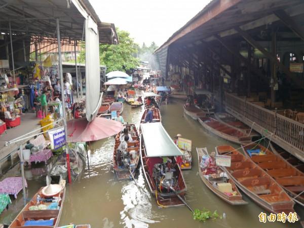 丹能莎朵水上市場是泰國熱門景點。(記者張軒哲攝)