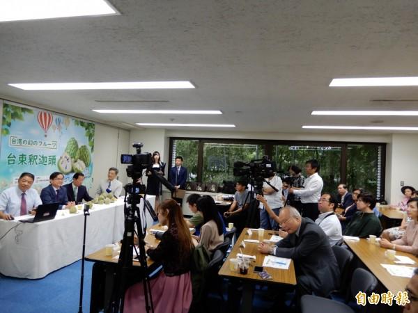 台東釋迦登日記者會吸引包括日本放送協會(NHK)等多家日本主流媒體採訪。(記者林翠儀攝)