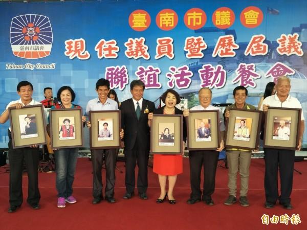 連同議長賴美惠在內,本屆共有12位議員不再連任。(記者邱灝唐攝)