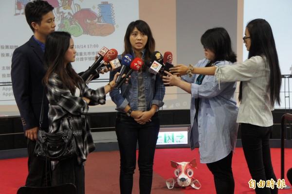 台北市觀傳局長陳思宇,上午宣傳iVoting投票,鼓勵市民決定小提燈的未來。(記者黃建豪攝)