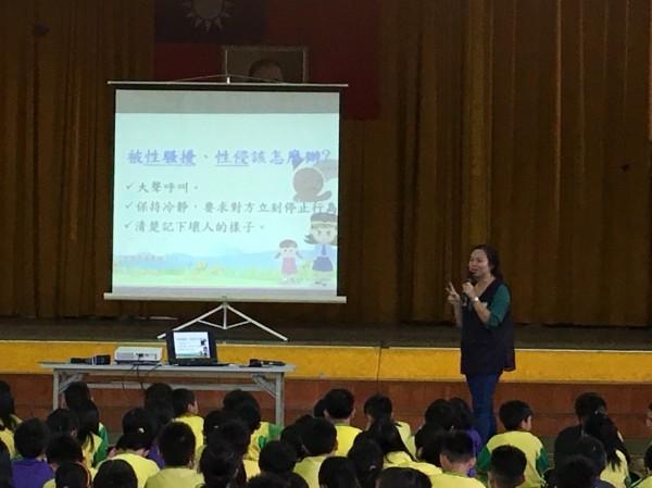 基隆市警婦幼隊前往學校教導學童,如何預防十大渣句,保護自身安全(記者吳昇儒翻攝)