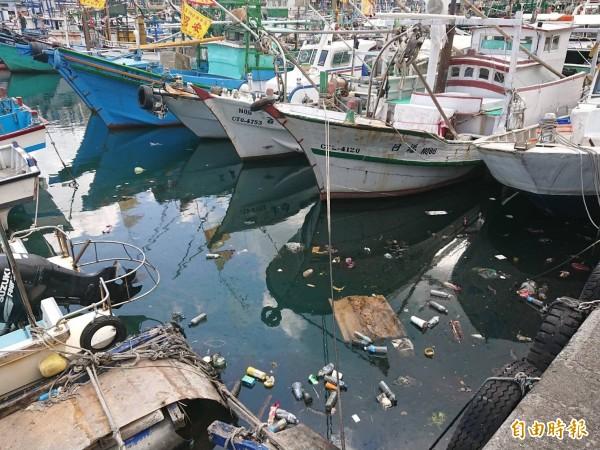 宜蘭南方澳漁港漂滿垃圾,代理縣長陳金德今宣示要提高檢舉獎金,若管理不好,還要「縣府自己罰自己」。(記者張議晨攝)