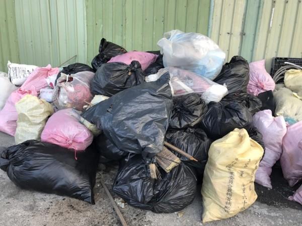 宜蘭南方澳漁港漂滿垃圾,區漁會形容「清不勝清」,代理縣長陳金德今宣示要提高檢舉獎金,若管理不好,還要「縣府自己罰自己」。(蘇澳區漁會)