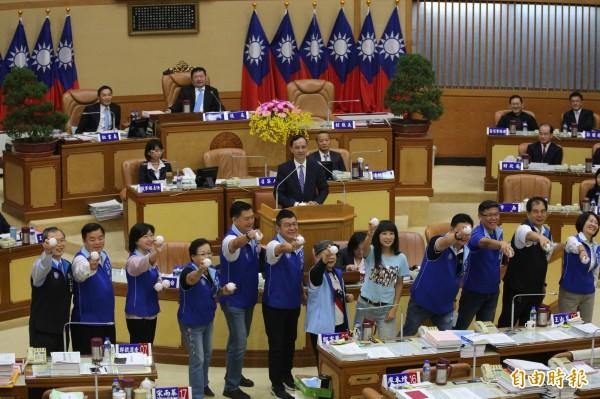 國民黨團議員今天在市議會總質詢,並以投球的方式,希望都能順利連任。(記者何玉華攝)