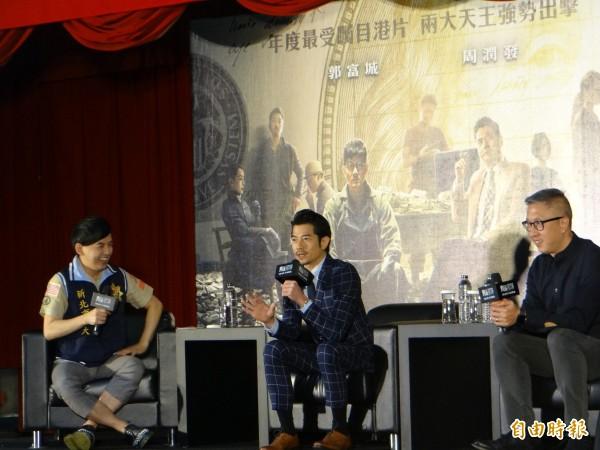《無雙》主角郭富城與導演莊克強來新北市警局宣傳,主持人黃子佼開玩笑說像破案記者會。(記者徐聖倫攝)