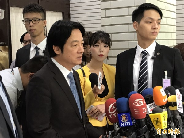 賴清德今天上午赴立法院備詢前,接受媒體訪問。(記者蘇芳禾攝)