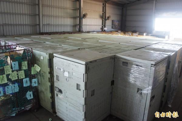 由於山寶貳號貨輪無法運輸,貨品堆積倉庫滿坑滿谷。(記者劉禹慶攝)