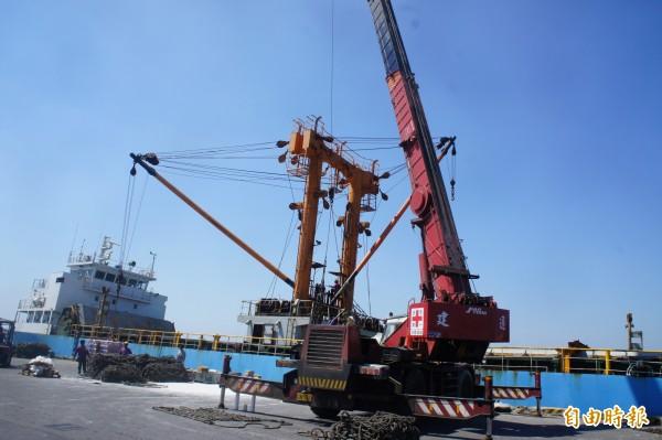 山寶貳號進港後,大型吊車立即協助吊運檢查損傷。(記者劉禹慶攝)