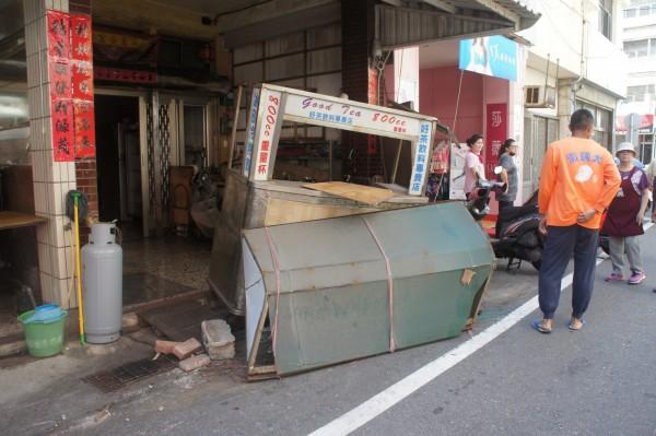 民宅前擺放的飲料攤,也被堆高機推動移位。(記者劉禹慶攝)