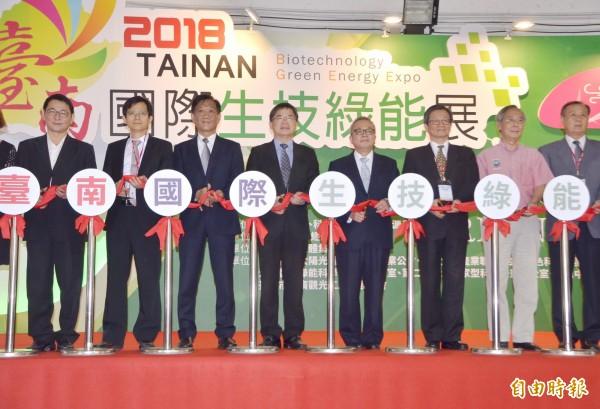各界貴賓一起剪綵,台南國際生技綠能展揭幕。(記者吳俊鋒攝)