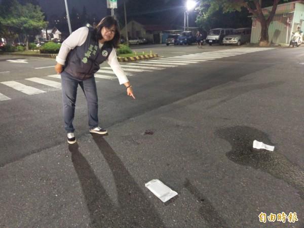 市議員王美惠接獲民眾通知趕到場關心,地上血跡斑斑。(記者王善嬿攝)