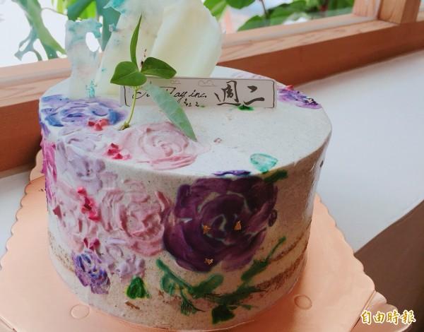 蕭文俐在蛋糕上繪畫美麗鮮豔花朵,使蛋糕猶如一個藝術品。(蕭文俐提供)