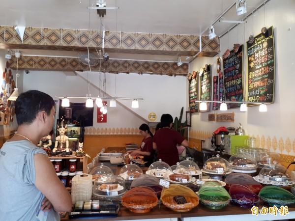 新竹市印尼華僑媽媽姚燕麗30年前遠嫁台灣,為了吃家鄉的娘惹糕和南洋餐,和女兒李依庭在台灣開了間艷麗南洋糕點餐廳,除自己解饞,也讓台灣新住民圓了家鄉美味夢。(記者洪美秀攝)