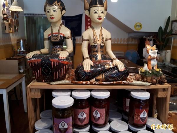 艷麗南洋糕點餐廳,店內的擺設都是姚燕麗和女兒親自擺設完成的。(記者洪美秀攝)