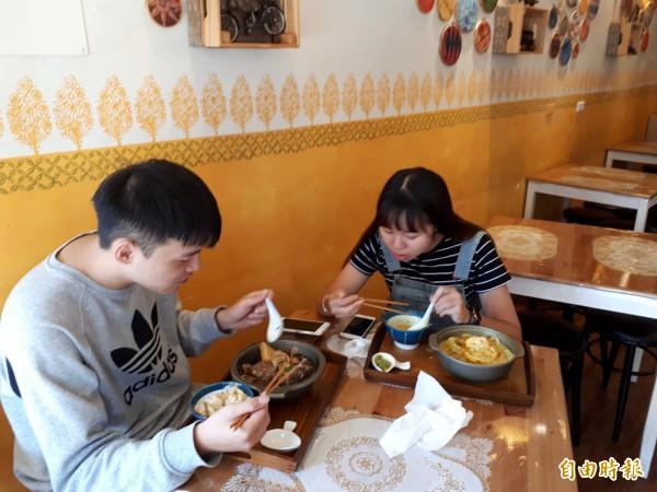艷麗店內不管是台灣新住民或台灣饕客都對其餐點讚不絕口。(記者洪美秀攝)