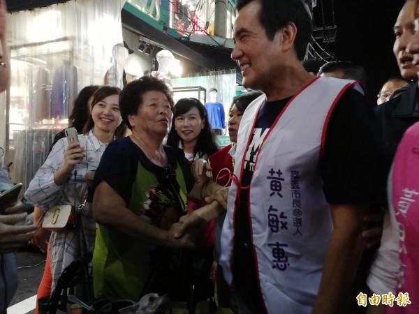 前總統馬英九(右)為國民黨嘉義市長參選人黃敏惠輔選,在文化路夜市與攤商握手。(記者王善嬿攝)