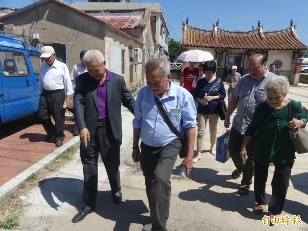 翁卓慶(前右)在翁氏宗親會理事長翁國團(前左)陪同下,找尋每一個當年父親口述留下的家鄉回憶。(記者吳正庭攝)