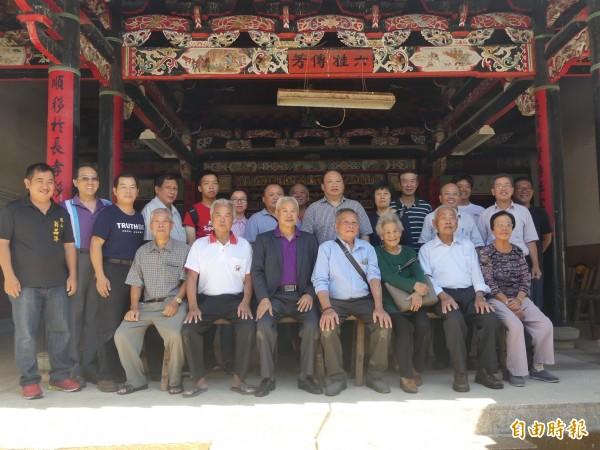 翁卓慶(前排右三)帶著一家7口,與翁氏族親在宗祠內合影。(記者吳正庭攝)
