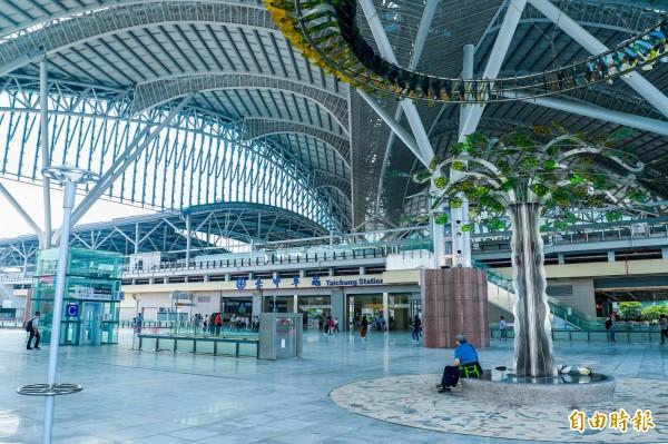 台中火車站新站2樓大平台啟用後,乘客可直接從車站西側,進出車站二樓台鐵站區,無須繞道車站東側。(記者黃鐘山攝)