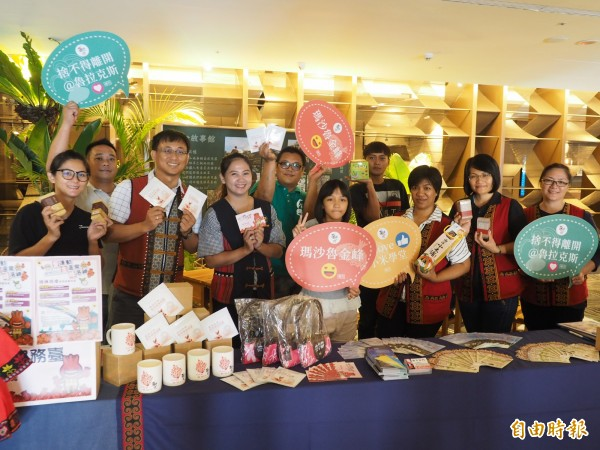 金峰鄉公所首度與台東市飯店業合作,將飯店一樓大廳布置的成原民風,行銷部落產業。(記者王秀亭攝)