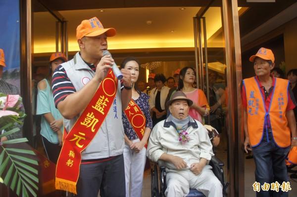 藍凱元代父出征,前副議長藍俊逸坐輪椅現身力挺。(記者劉禹慶攝)