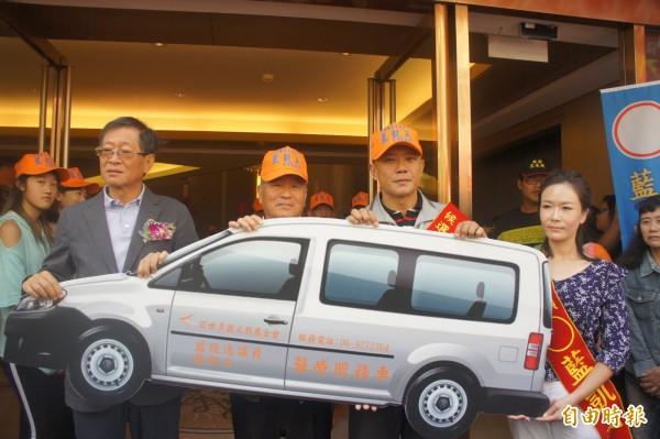 藍俊昇代兄捐贈復康巴士,放在服務處提供民眾免費申請使用。(記者劉禹慶攝)