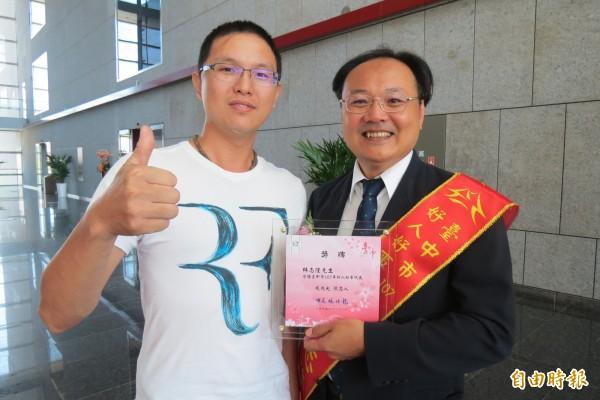 林志隆(右)獲頒台中市好人好可代表,去年遭酒駕撞成重傷的病人王俊昇特地前往致意。(記者蘇孟娟攝)