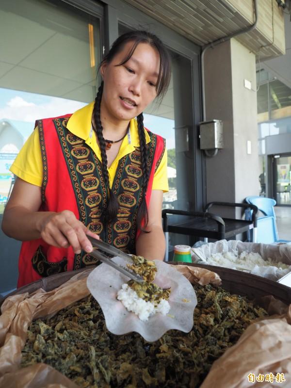 鹿野鄉餐廳業者將茶葉酥炸後,包進鹿野米煮成的白飯裡,成為美味的茶葉飯糰。(記者王秀亭攝)