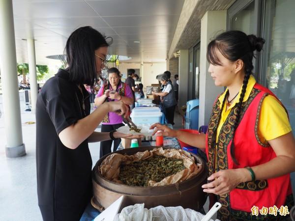 陳秀盈(右)將茶葉飯糰設計成體驗項目,讓民眾自己手作,吃得更美味。(記者王秀亭攝)