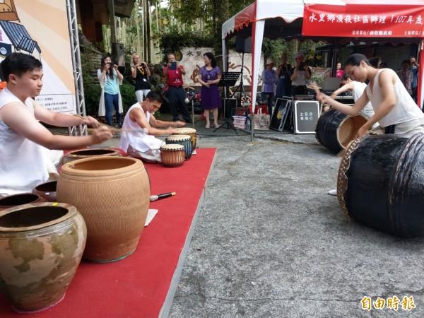 為歡迎聯合國教科文組織的國際陶藝學會成員,水里蛇窯特別展現陶樂打擊表演,令在場人士驚豔不已。(記者劉濱銓攝)