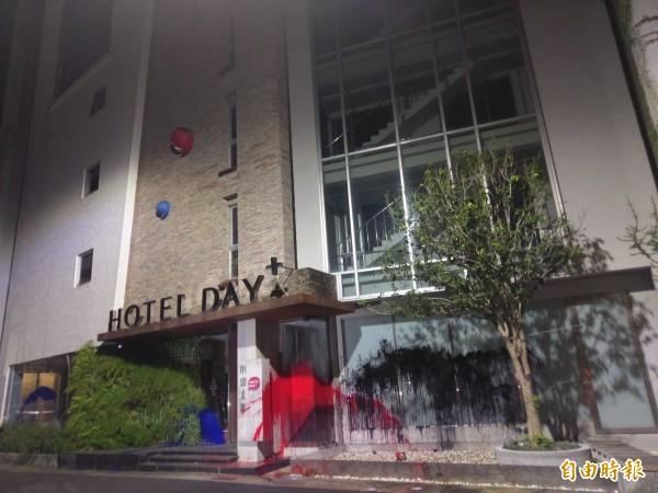 承億文旅嘉義市辦公室大樓門口遭人潑漆。(記者王善嬿攝)