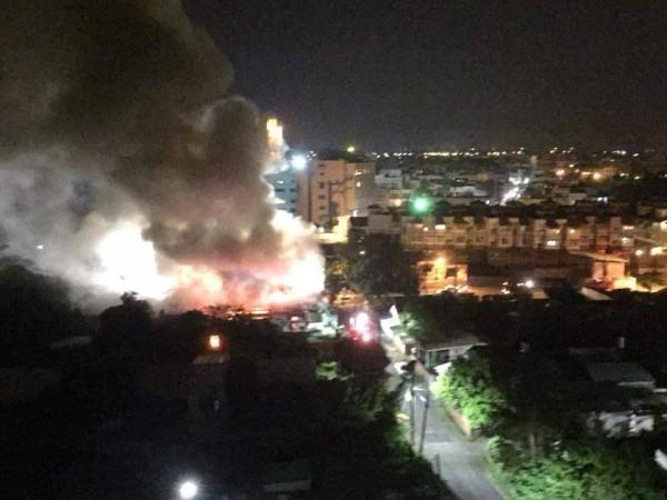 東港共和里凌晨發生大火,濃煙高竄,景象恐怖。(翻攝自網路)