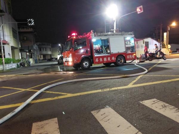 東港共和里凌晨發生大火,義警消趕緊前往灌救。(記者陳彥廷翻攝)