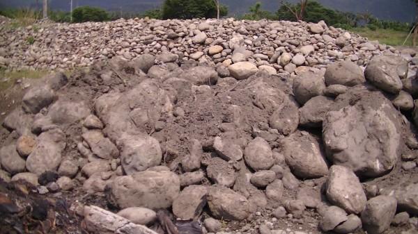 盜採的砂石堆積如山,預估有50個車次(記者葉永騫翻攝)